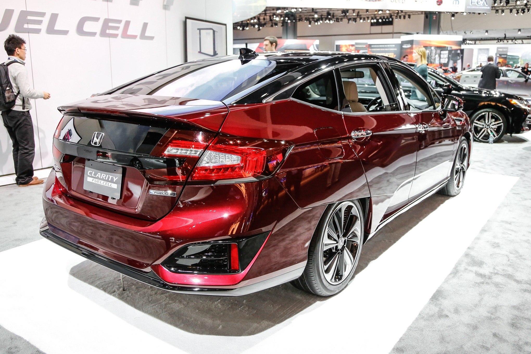Honda-Clarity-Fuel-Cell-rear-three-quarter_zoldauto