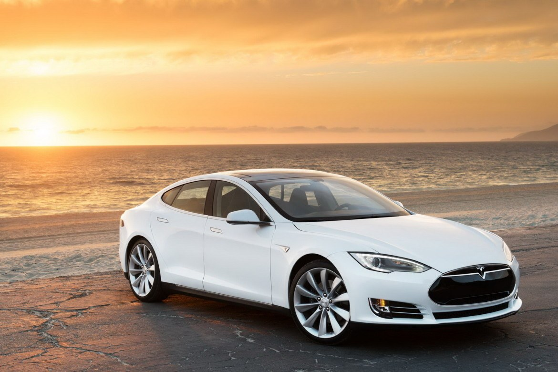 VIDEÓ: Tesla Model S a Boeing repülő ellen