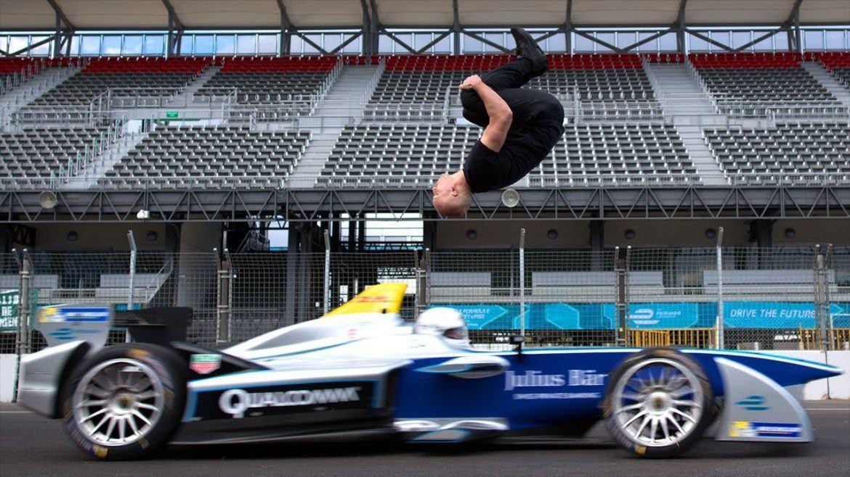 VIDEÓ: Stunt az elektromos versenyautó felett