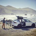 Tesla logóval ellátott biciklitartó a Model X-hez