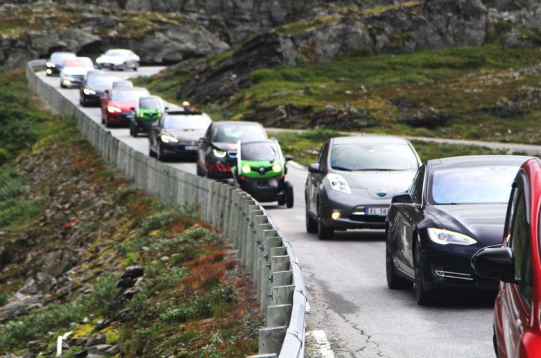 electric-car-rally-in-geiranger-norway-image-norsk-elbilforening_zoldautok
