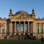 Reichstagsgebäude (Berlin) kurz vor herbstlichem Sonnenuntergang