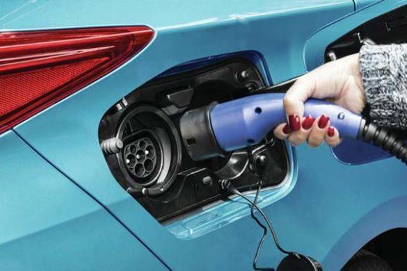 Párizsban debütál az új plug-in Prius