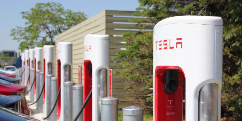 A Tesla leszámolt az ingyenes töltési lehetőséggel
