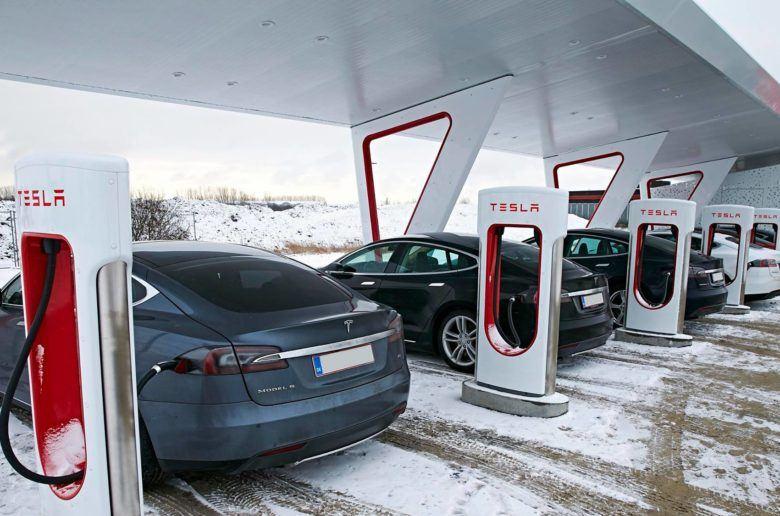 """Töltésnek """"álcázott"""" parkolás – Tesla: Intézkedni fogunk!"""