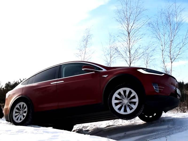 Így szerepel a Model X havas terepen (Videó)