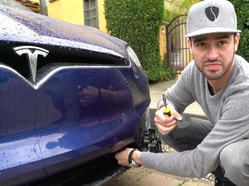 Ezért figyelmeztet a Tesla: Ne tarts értékeket az autó elejében!