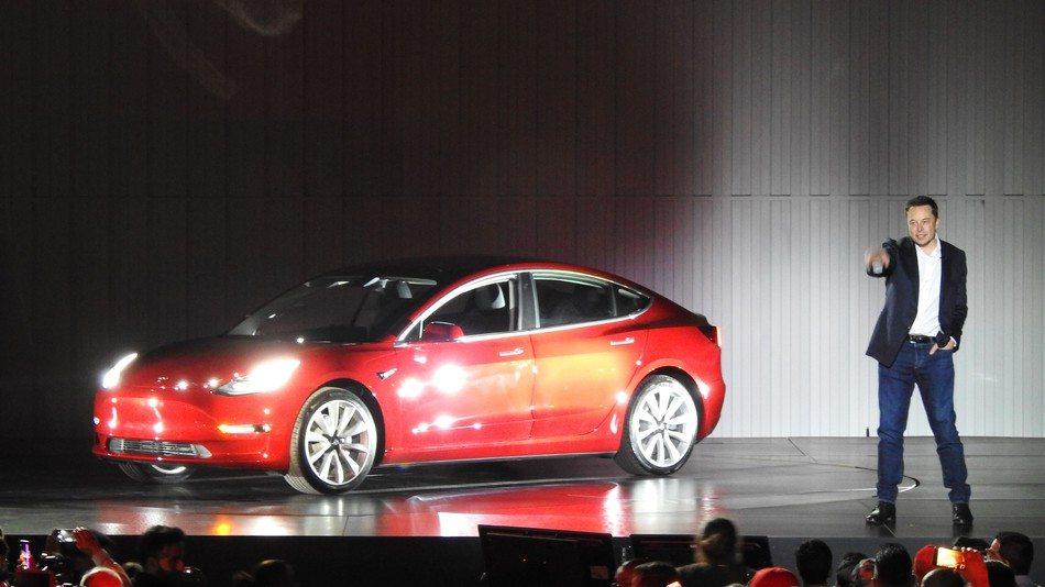 Hivatalosan is itt a Tesla Model 3