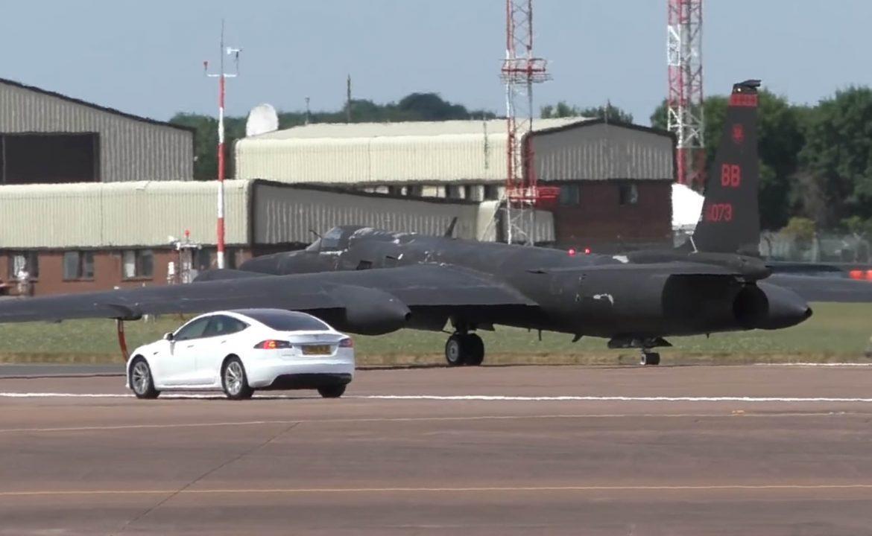 Teslák segítik a kémrepülő felszállását a brit légierőnél