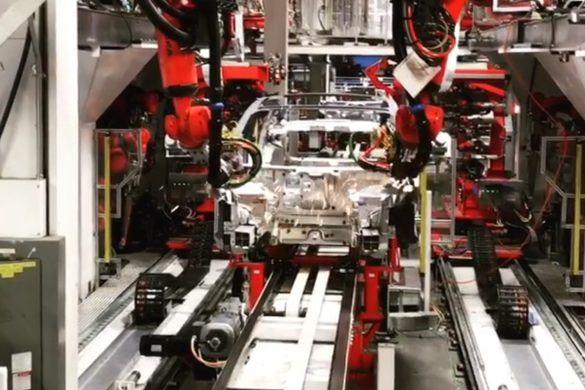"""Így készül a Model 3 a """"gyártás poklában"""" – Videó"""