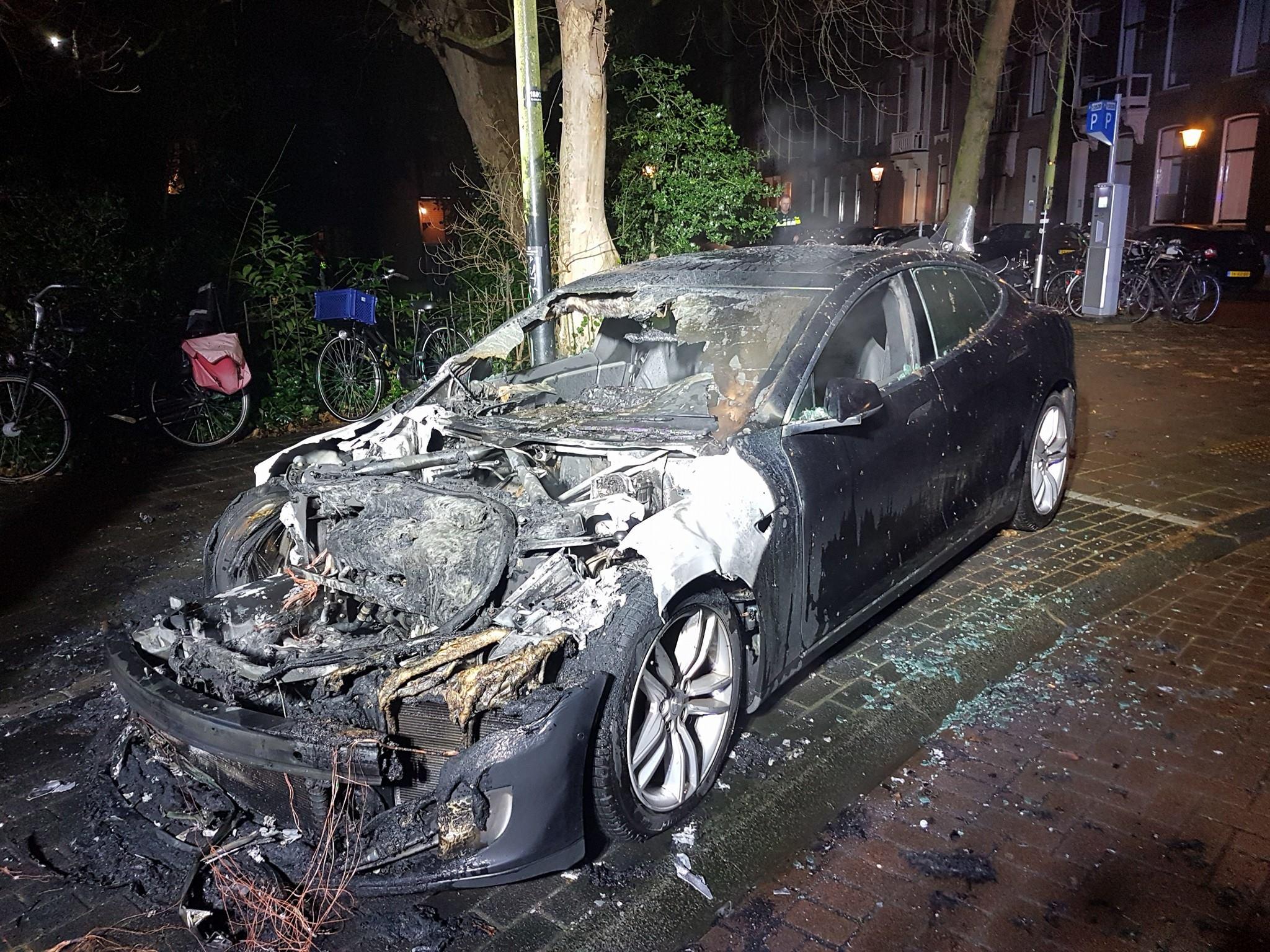 Tesla_Amsterdam_Gyujtogatas_5_zoldautok