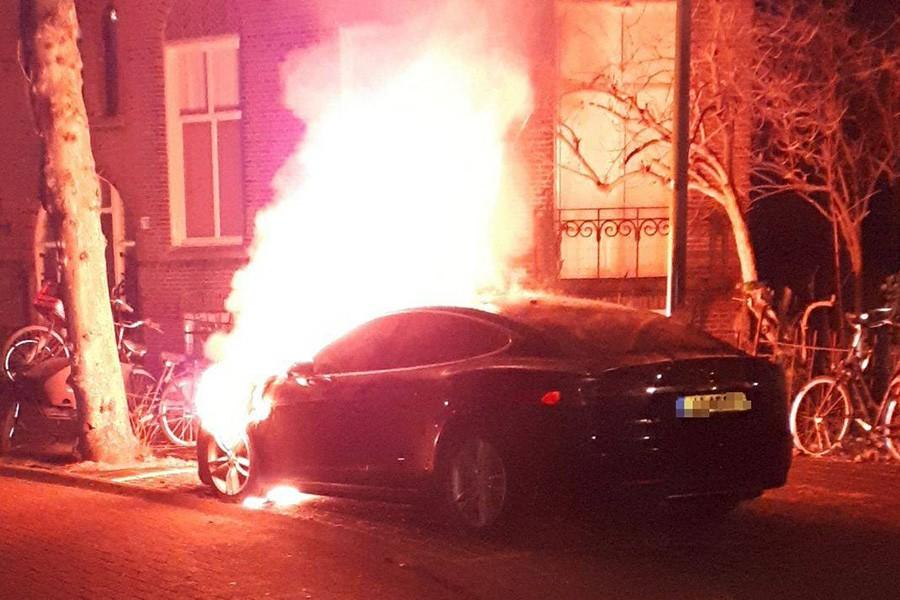 Anti-EV vandálok gyújtogathattak Teslákat