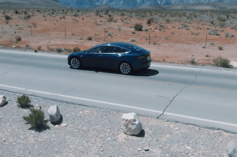 Veszélyes a Tesla Model 3 kijelzős vezérlése? [videó]