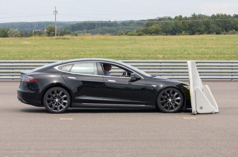A Model S megbukott a biztonsági teszten, de a Tesla megkérdőjelezi a hitelességet