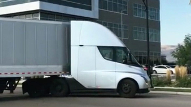 Ilyen hanggal gyorsít a Tesla elektromos kamionja - videó