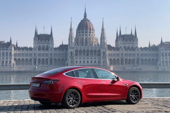 Megérkezett az első Tesla Model 3 Magyarországra [videó]