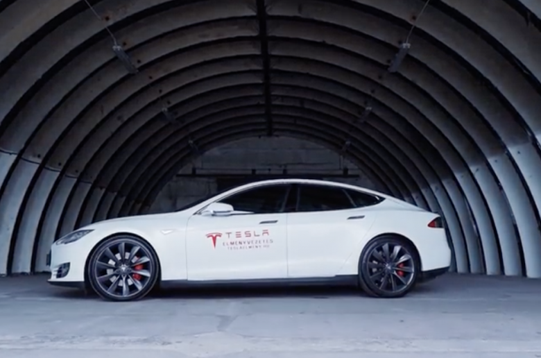 Tesla P90D vs Lambo, Porsche, Dodge, Ferrari, BMW - [videó]