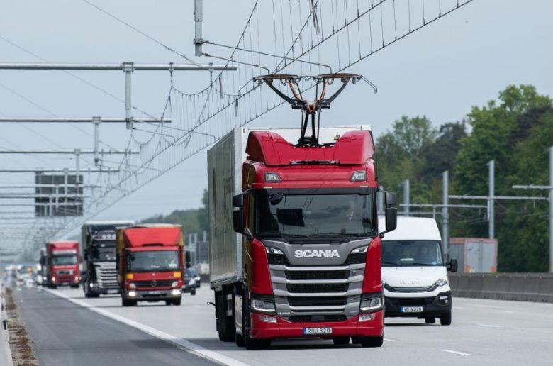 Németországban már menet közben is tölthetnek a hibrid kamionok