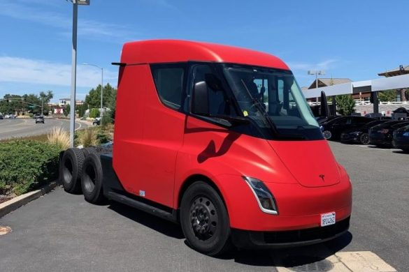 Bekukkanthattunk a Tesla Semi első csomagtartójába
