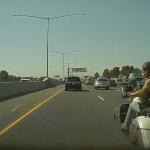 Feldühítette az Autopilot a motorost – a Model 3 tükre bánta