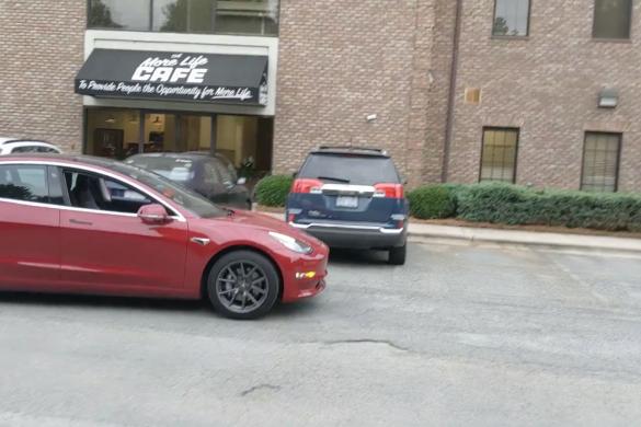Újra levideózták, ahogyan sofőr nélkül mozog egy Tesla