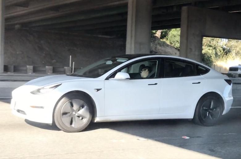 Megint egy Tesla volánja mögött aludtak – videó
