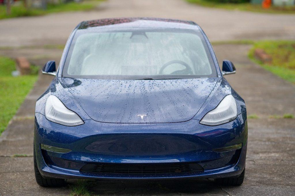 Tesla model 3 sötétkék