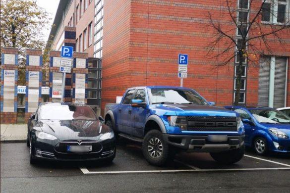 Tesla és Ford F150 Raptor