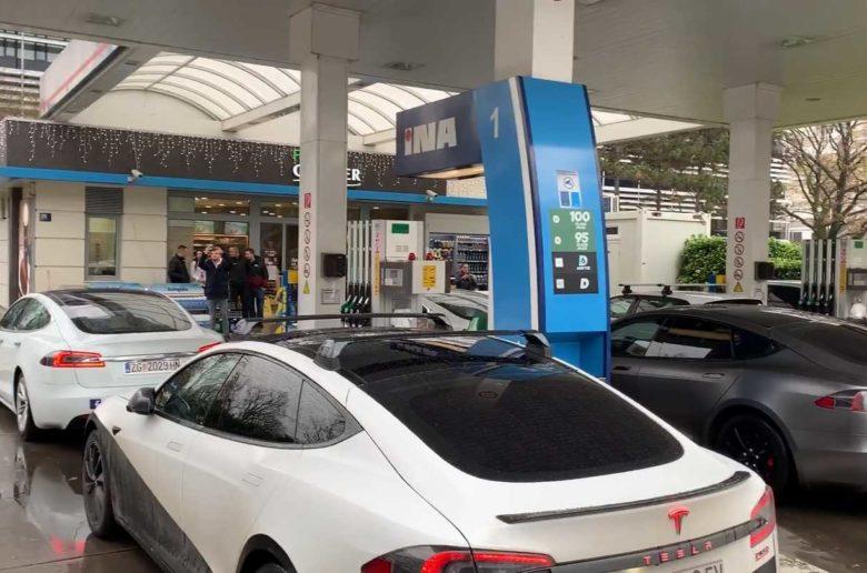 Bosszút álltak egy benzinkútnál a villanyautósok Horvátországban