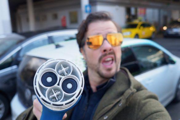 Magyarósi Csaba szabad töltő után kutat Budapesten - Videó
