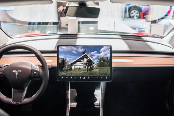 Ha Elon Muskon múlik, a Witcher játékok is debütálhatnak a Teslák guruló játéktermében