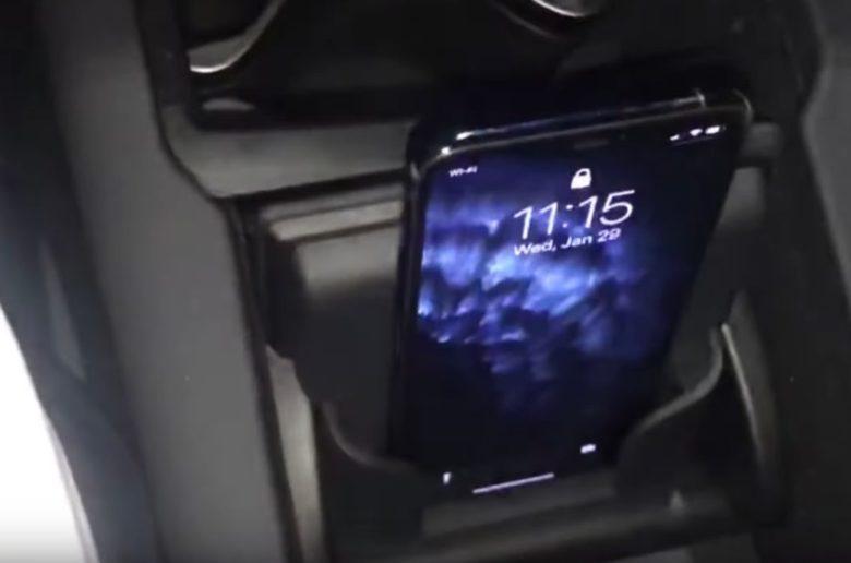 Így működnek a vezeték nélküli telefontöltők a vadonatúj Teslákban