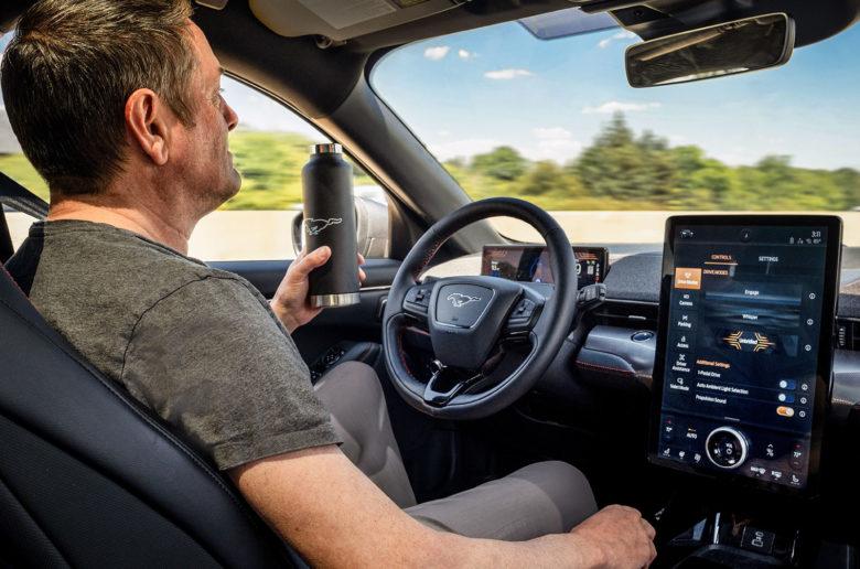 Kéznélküli módban is vezethetjük a Ford Mustang Mach-E elektromos autót
