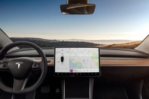Új kormánykerékkel és központi egységgel jön a Tesla Model 3 frissítése